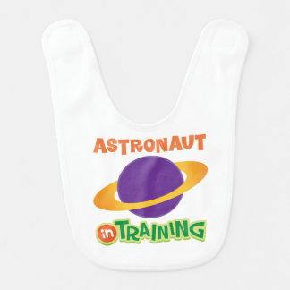 El astronauta en el entrenamiento embroma la baberos
