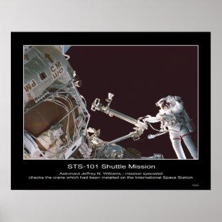 El astronauta Jeffrey N. Williams comprueba la grú Póster