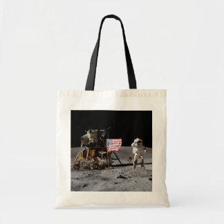 El astronauta saluda la bandera - Apolo 16 Bolsas