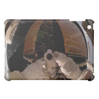 El astronauta utiliza una cámara fotográfica digit