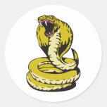 el atacar enojado de la serpiente de la cobra real pegatinas redondas