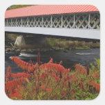 el atravesar del puente cubierto de Ashuelot de 15 Calcomanía Cuadrada Personalizada