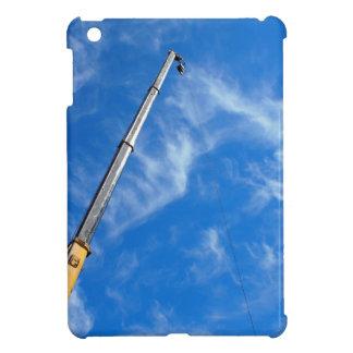 El auge de la grúa en una diagonal contra un azul