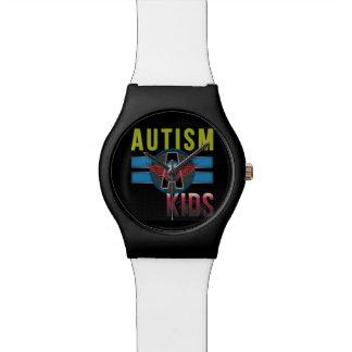 El autismo los niños mira relojes de pulsera