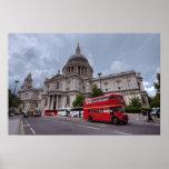 El autobús de Londres pasa la catedral Inglaterra  Posters