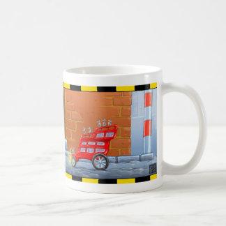 El autobús rojo del ratón embroma la taza