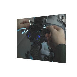 El aviador ajusta el eyespan impresión en lienzo estirada