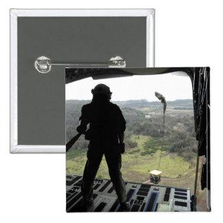El aviador mira un paquete de la práctica caer pin cuadrada 5 cm