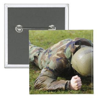El aviador se arrastra a través de un campo mojado pin cuadrada 5 cm