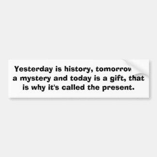 El ayer es historia, es mañana un misterio y… pegatina para auto