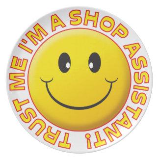 El ayudante de tienda me confía en sonriente