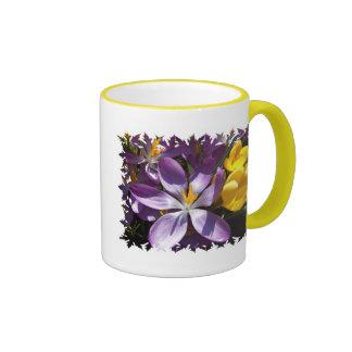 El azafrán colorea la taza de café