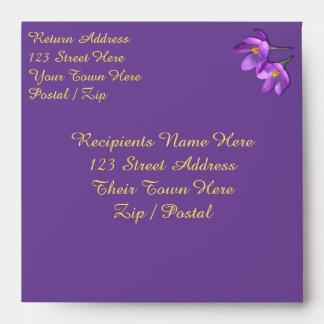 El azafrán envuelve sobres púrpuras de encargo de
