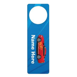 El azul brillante con el coche de deportes rojo colgador para puerta