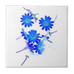 El azul colorized diseño dispersado de las flores  azulejos
