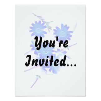 """El azul colorized diseño dispersado de las flores invitación 4.25"""" x 5.5"""""""