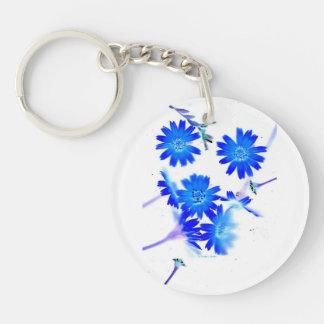 El azul colorized diseño dispersado de las flores llavero redondo acrílico a doble cara