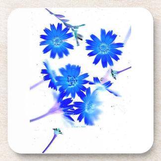 El azul colorized diseño dispersado de las flores  posavasos de bebidas