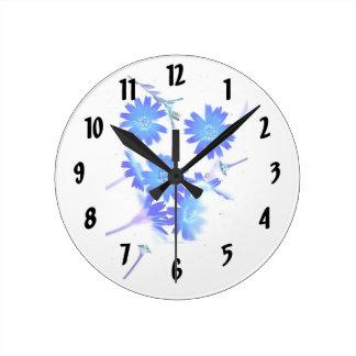 El azul colorized diseño dispersado de las flores reloj redondo mediano