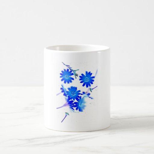 El azul colorized diseño dispersado de las flores  taza
