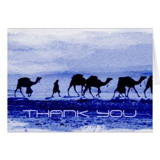 El azul de la caravana del camello del desierto le tarjeta pequeña