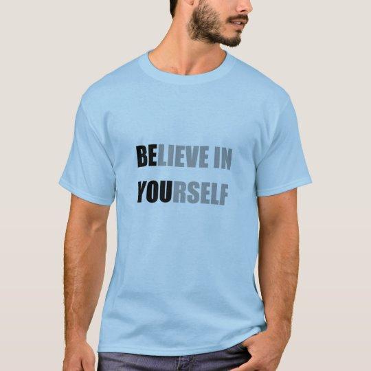 El azul del color de la camiseta con el texto