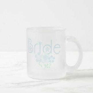 El azul en colores pastel florece a la novia taza cristal mate