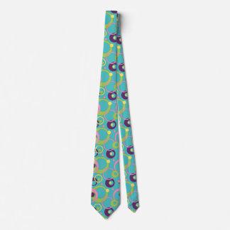 El azul enrrollado circunda la corbata de los