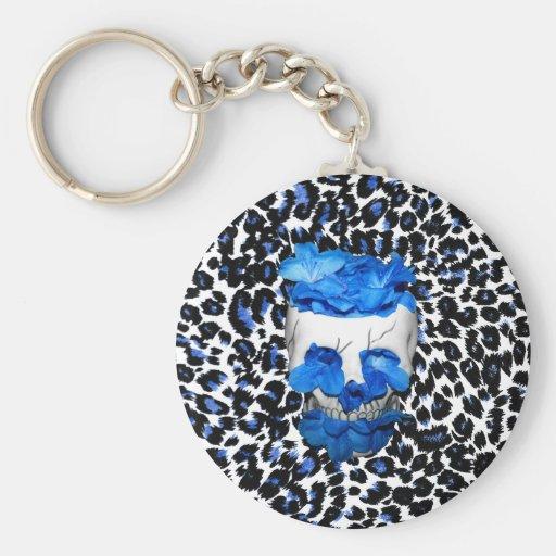 El azul florece el cráneo en estampado leopardo llaveros personalizados
