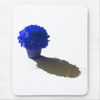 El azul florece el cubo y la sombra blancos mousepad