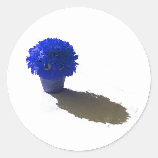 El azul florece el cubo y la sombra blancos pegatina redonda