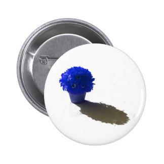 El azul florece el cubo y la sombra blancos pin redondo 5 cm