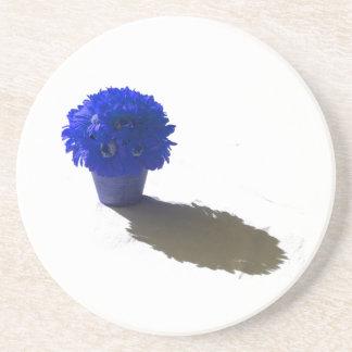 El azul florece el cubo y la sombra blancos posavasos de arenisca