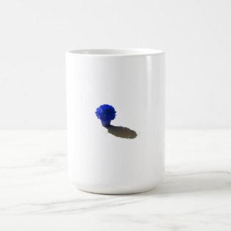 El azul florece el cubo y la sombra blancos taza básica blanca