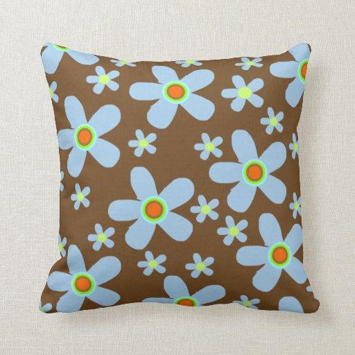 El azul florece las almohadas marrones del fondo