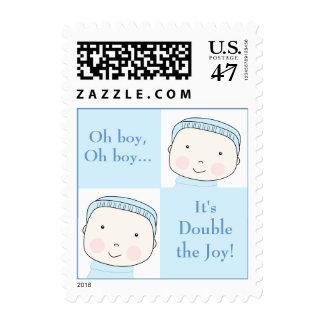 El azul gemelo del muchacho bloquea franqueo de sello postal
