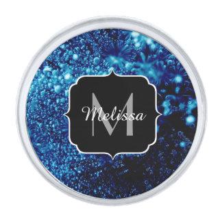El azul hermoso chispea monograma congelado de las insignia plateada