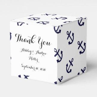 El azul marino ancla el modelo blanco del fondo caja para regalos