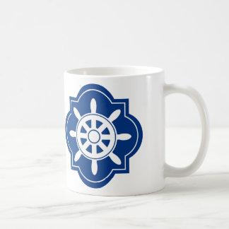 El azul marino envía la silueta de la rueda taza básica blanca