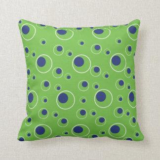 El azul marino verde circunda la almohada decorati