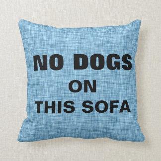 El azul NINGUNOS perros en este sofá acaricia a Cojín