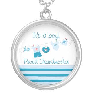 El azul orgulloso de la abuela del bebé viste el colgante redondo