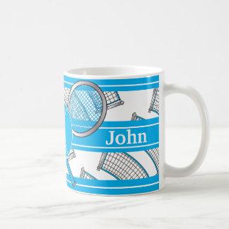 El azul personaliza diseño del tenis taza básica blanca