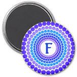 El azul puntea el imán del monograma