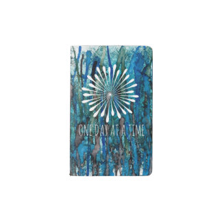 El azul recubre con caña la cubierta de la funda para libreta y libreta pequeña moleskine