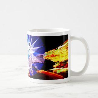 El azul y el amarillo enfocaron monta favorablemen taza de café
