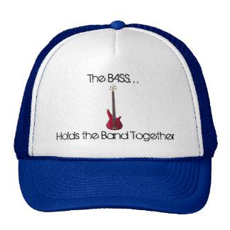 El bajo mantiene el gorra de la banda unido