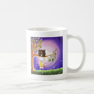 El balanceo en un artista ideal acaricia a taza de café