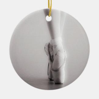 El ballet Pointe calza los deslizadores del baile Adorno Navideño Redondo De Cerámica