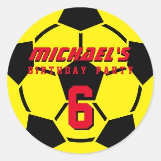 El balón de fútbol amarillo se divierte a los pegatina redonda